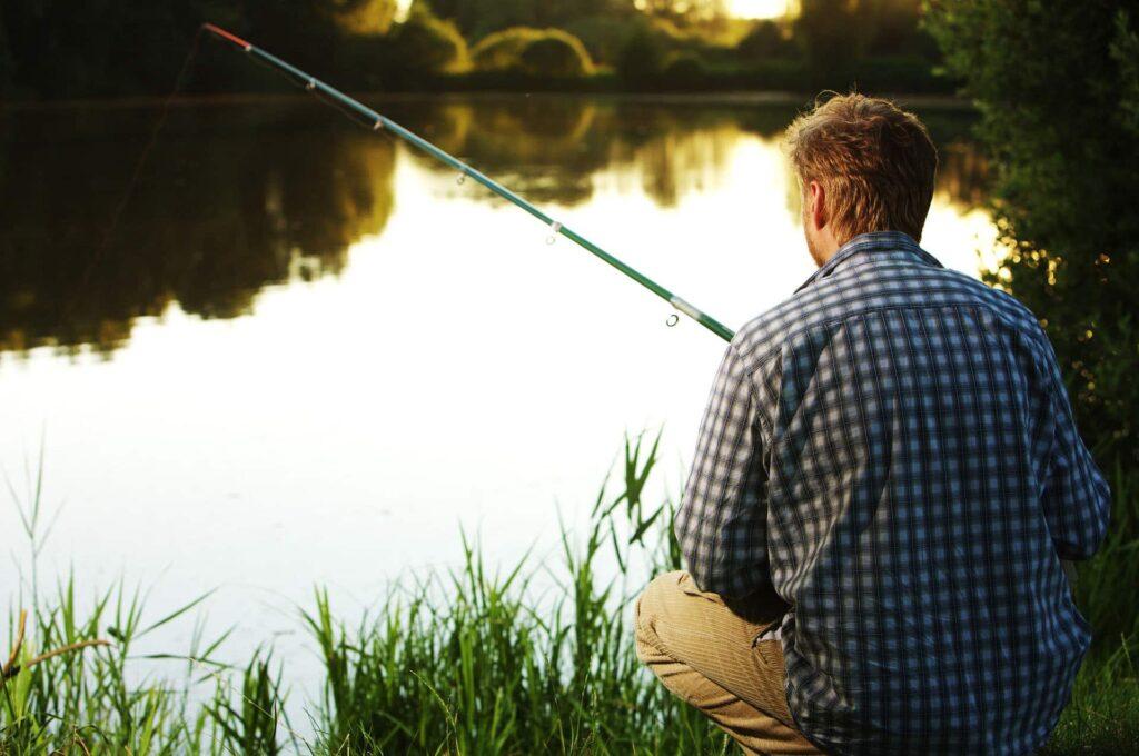 Ein geduldiger Angler an einem See
