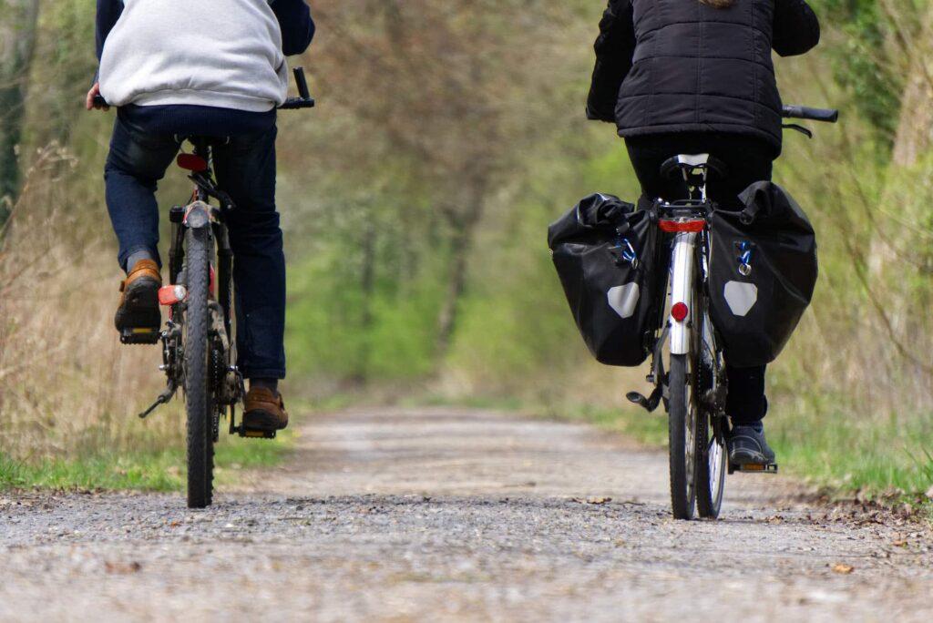 Zwei Radfahrer auf einem Fahrrad Heckansicht