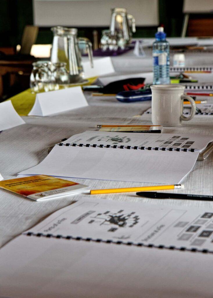 Ein voller Schreibtisch mit Utensilien