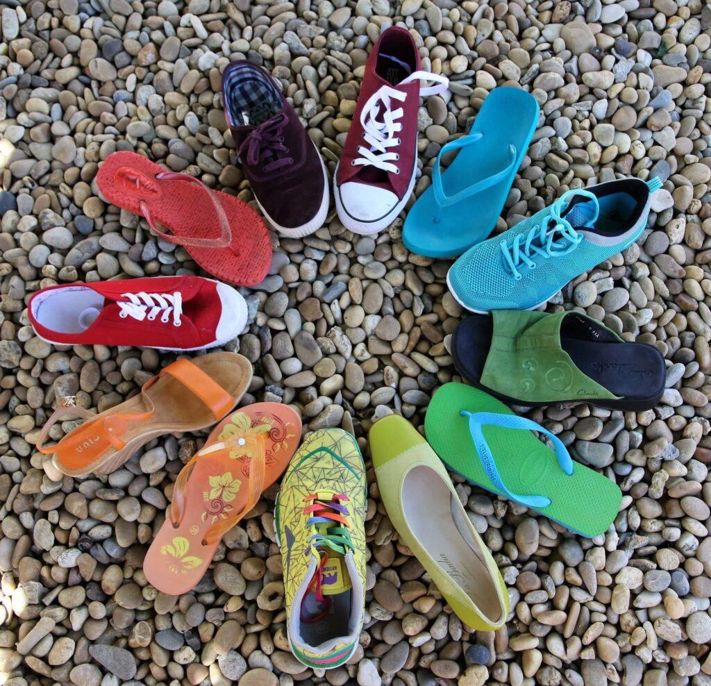 Bunte Schuhe stehen in einem Kreis