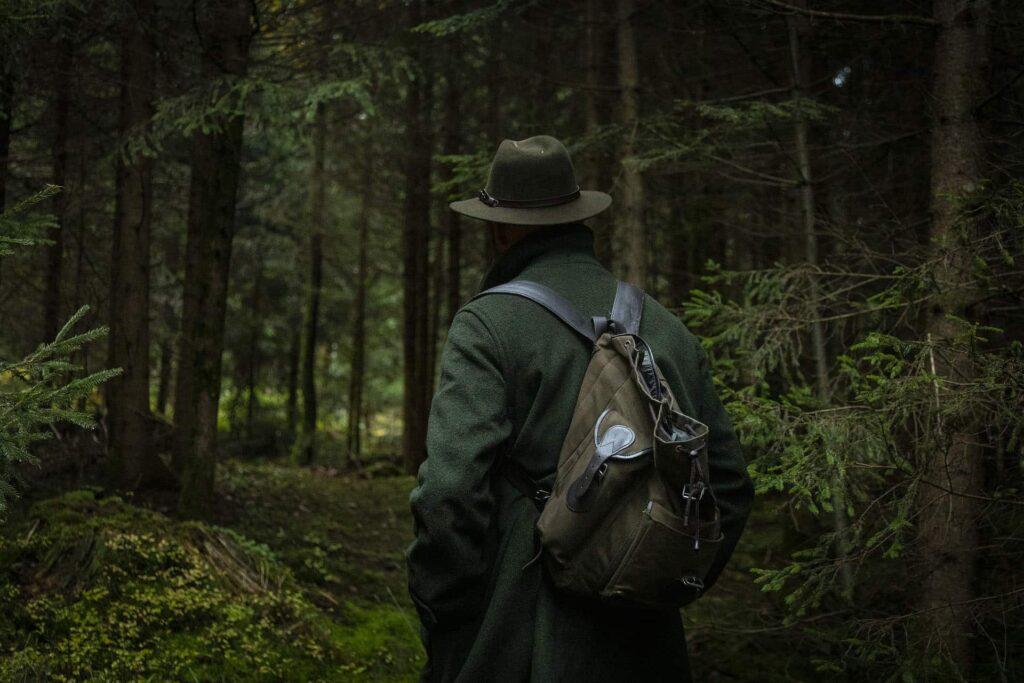 Ein Jäger läuft durch den dunklen Wald