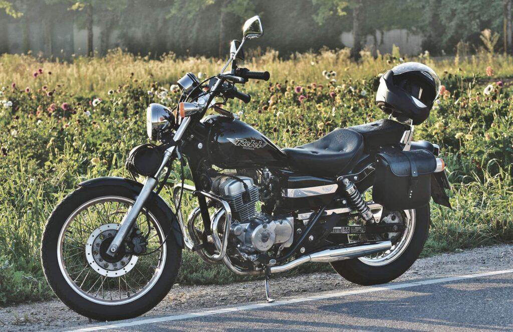 Motorrad vor einer Blumenwiese