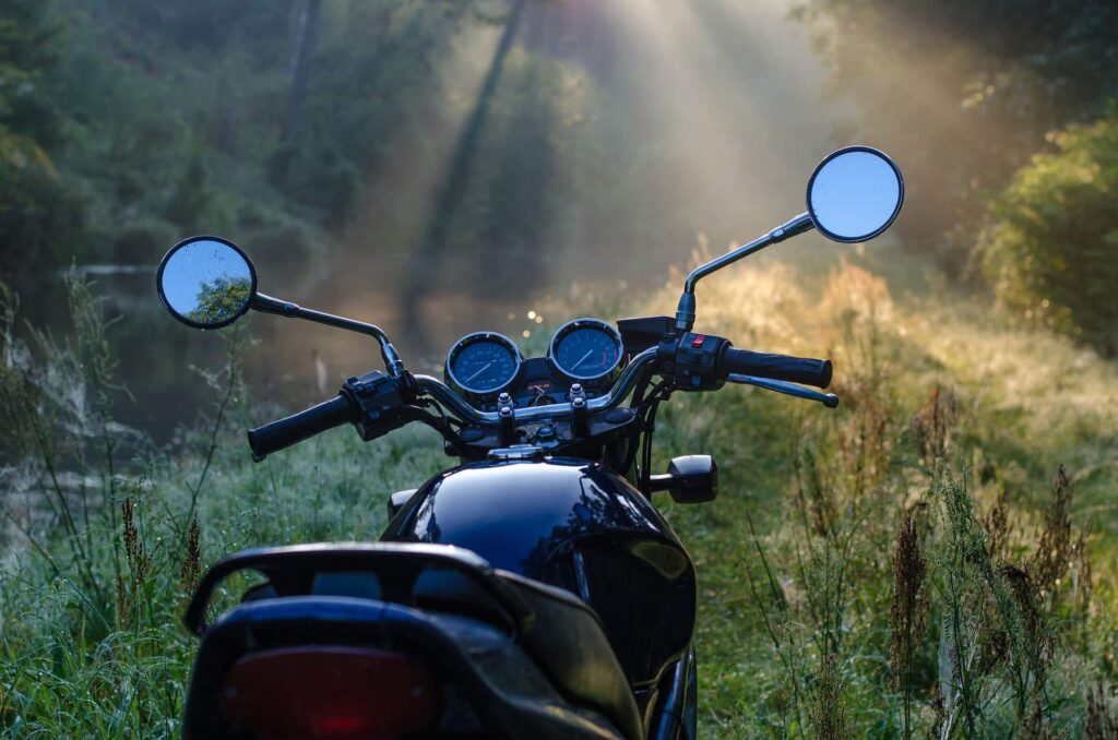 Mordernes Motorrad in der Waldlichtung
