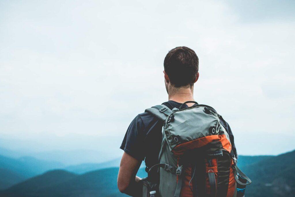 Ein Wanderer auf dem Gipfel des Berges