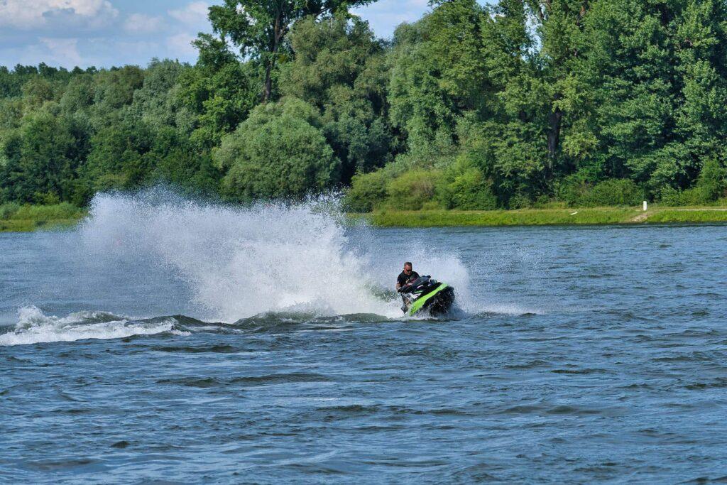 Jetski Fahrer auf einem See