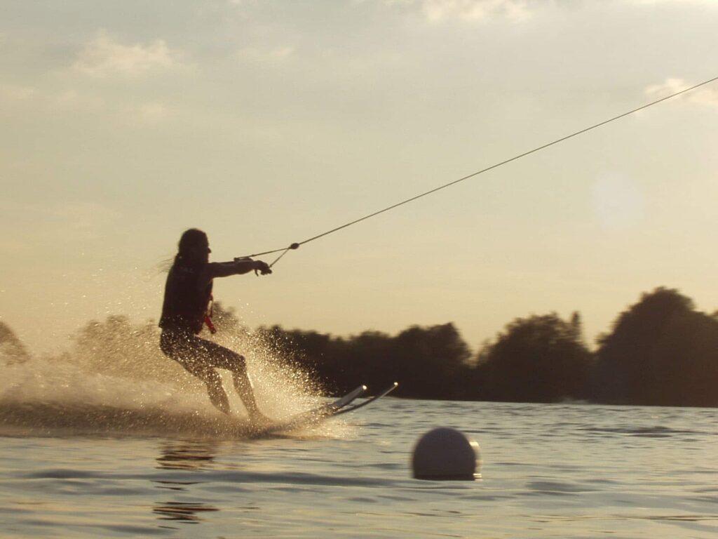 Wasserski-Fahrerin