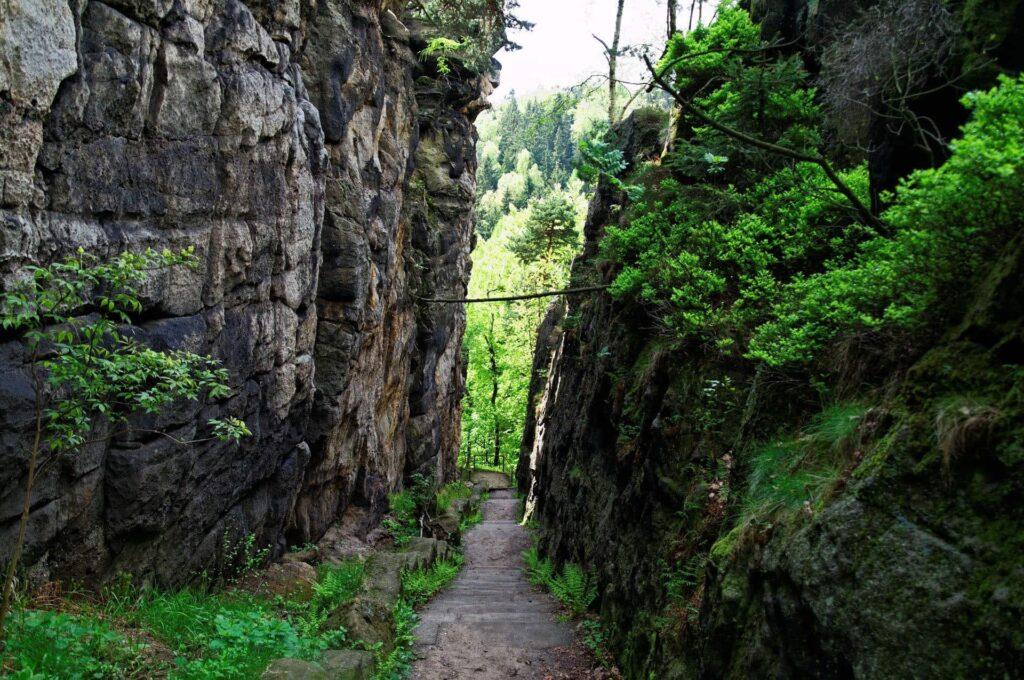 Ein Felsspalt im Gebirge